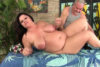 Plumper Mommy Crystal Valentine Enjoys Toying After Rubdown